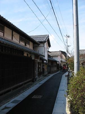 古道沿いに古い家並が続く、観音寺城の麓でその城下町跡とされる、滋賀県湖東の石寺集落