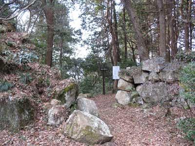 観音寺城本郭部にある、六角氏の居館・本丸推定地裏口の石組み虎口跡