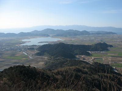 繖山から安土山への尾根道から見た、琵琶湖の内湖「西の湖」や湖跡平野そして半島状の安土城址