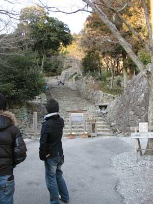 安土城址大手門跡付近から見た、天守台に続く復原石垣や石段