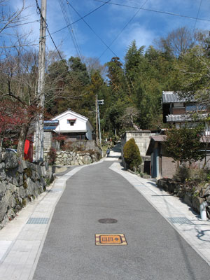 観音寺城の麓でその城下町跡とされる、滋賀県湖東・石寺集落の、中心地から観音寺山に向かって伸びる旧道の急坂