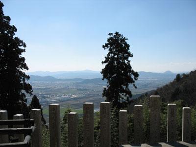 戦国期には観音寺城の郭の1つであったという、観音寺山(繖山)中腹の観音寺正寺から見た湖東平野や近江富士「三上山」