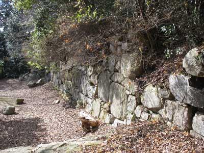 大きな石で組まれた、観音寺城西方本郭地帯の最大郭「平井丸」の正面外壁