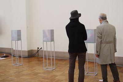 2011年京都芸大作品展で大学院市長賞を受賞した来田猛の写真作品「sliced scenery」の前で作品解説する作家