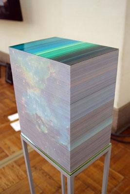 特製の金属フレーム上に載る、2011年京都芸大作品に展示中の来田猛立体写真作品「sliced scenery」