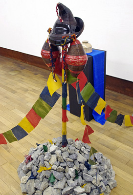 2011年京都芸大作品展・漆芸科部門に展示された、石積みの「オボー」上に兜として掲げられたモンゴル系中国人留学生Sさんの漆作品