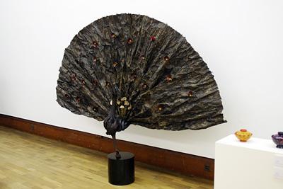 2011年京都芸大作品展・漆芸科部門に展示された、韓国人留学生Kさんの和紙を漆で固めて孔雀を表現した漆芸作品