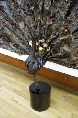 2011年京都芸大作品展・漆芸科部門に展示された、韓国人留学生Kさんの和紙を漆で固めて孔雀を表現した漆作品の中央部分