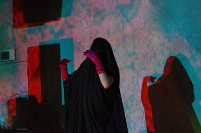 京都市街東部・木屋町のライブハウス「UrBANGUILD(アバンギルド)」で開かれたライブイベント「fake JuNkroom vol.1」で、布を被り舞踏を演じる米国人のケイトリン(Caitlin)さん