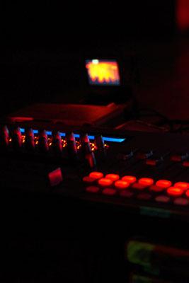 京都市街東部の繁華街木屋町にあるライブハウス「UrBANGUILD(アバンギルド)」の会場闇に浮かび上がる出演者の音響機材の明り