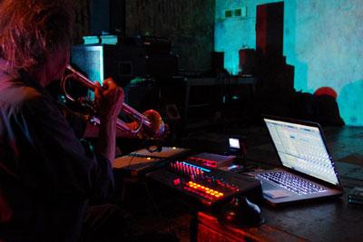 京都市街東部・木屋町のライブハウス「UrBANGUILD(アバンギルド)」のライブイベント「fake JuNkroom vol.1」で、管楽器を演奏する音楽担当のクリストファー氏