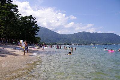 滋賀県湖西・近江舞子の雄松崎の浜から見た、湖西北岸方面と比良山脈