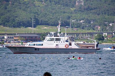 滋賀県湖西・近江舞子の雄松浜の沖に現れた、滋賀県警の湖上警備艇(巡視船)