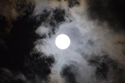 月会「9月12日の京都左京区賀茂川(鴨川)の満月と雲,中秋,十五夜,観月,お月見,満月」