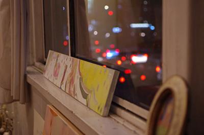 加藤智哉個展「音色のつなぐ部屋」が開かれた京都五条の「GALLERY ANTENNA」の窓辺に飾られた作品と、窓に浮かぶ五条通の尾灯