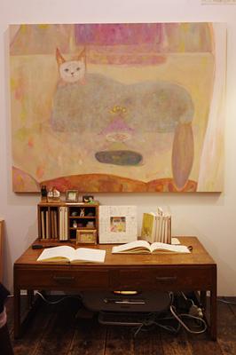 加藤智哉個展「音色のつなぐ部屋」が開かれた京都五条の画廊「GALLERY ANTENNA」に展示された、本絵画展の主役的な大型猫作品