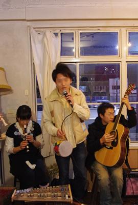 加藤智哉個展「音色のつなぐ部屋」が開かれた京都五条「GALLERY ANTENNA」での余興ライブで歌う加藤智哉君