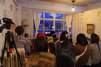 加藤智哉個展「音色のつなぐ部屋」が開かれた京都五条「GALLERY ANTENNA」での余興ライブ本番の様子