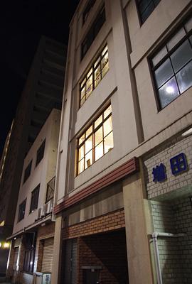 加藤智哉個展「音色のつなぐ部屋」が開かれた画廊「GALLERY ANTENNA」が入る、京都五条のレトロビル「増田屋ビル」のエントランスとビル外観
