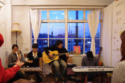 加藤智哉個展「音色のつなぐ部屋」が開かれた京都五条「GALLERY ANTENNA」での余興ライブのリハーサル