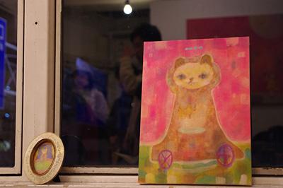 加藤智哉個展「音色のつなぐ部屋」が開かれた京都五条の画廊「GALLERY ANTENNA」に展示された、鮮やか明瞭な色彩・姿態で窓辺を飾る猫作品