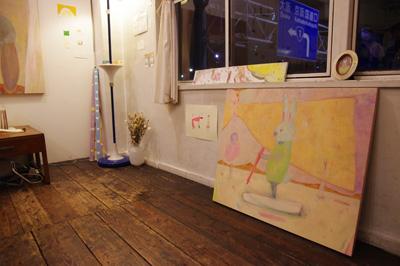 余興ライブ終了後、機材が撤去され平時の観覧場に戻った、加藤智哉個展「音色のつなぐ部屋」開催中の京都五条の画廊「GALLERY ANTENNA」