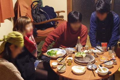 「七輪対応型」卓袱台の中央にセットされた七輪と、京都市街東部のアパートで行われた忘年会の様子
