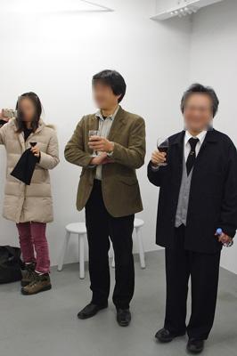 京都市街東部・岡崎にあるギャラリー16(galerie 16)で行われた対談企画「ぱぶこめ宇宙民藝館」の懇親会での乾杯する主催や司会の人々