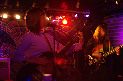 京都出町柳のライブハウス「ソクラテス」で開かれたクリスマスコンサート「狂人企画vol.27」で、演奏する「風呂の湯ぬるい」の蛍凛さんやバンドメンバー