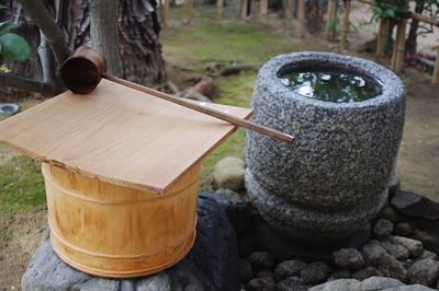 初釜茶会が行われた京都市街東部の国指定文化財の茶室前に置かれた蹲踞の湯桶と手水鉢