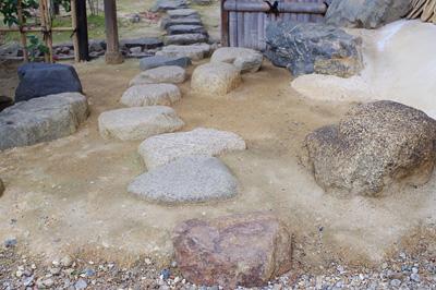 初釜茶会が行われた京都市街東部にある国指定文化財茶室前に置かれた、大森石・白川石・鞍馬石・加茂川石(真黒)等の京の銘石