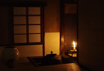 蝋燭の明りで夜の点前が行われた、京都市街東部にある築330年の国指定文化財茶室の内部