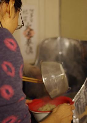 旧暦大晦日に京都市街東部の町家で行われた「忘年新年会」で、自ら伸し切り揃えた蕎麦を湯掻く上海漢人のIさん