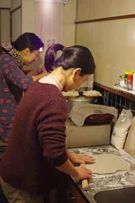 旧暦大晦日に京都市街東部の町家で行われた「忘年新年会」で、手打ち蕎麦を伸すAさん