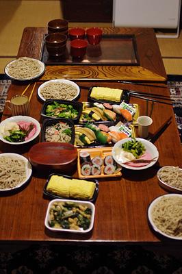 旧暦大晦日に京都市街東部の町家で行われた「忘年新年会」で用意された手打ち蕎麦や種物