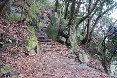 京都市東部・如意ヶ嶽(大文字山)山中の「楼門滝」傍にある、如意寺月輪門推定地