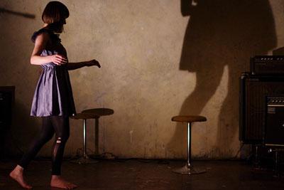 京都市街のライブハウス「UrBANGUILD」のステージに現れた外国人女性舞踏ダンサー