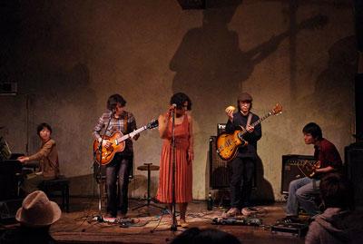 京都市街のライブハウス「UrBANGUILD」のステージで,断髪ライブの演奏を行うバンド「Dodo」