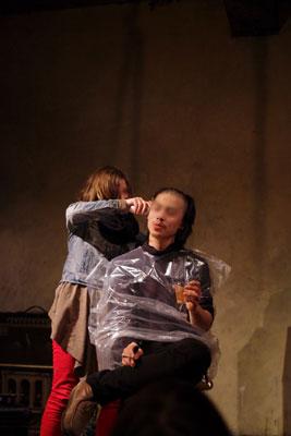 京都市街のライブハウス「UrBANGUILD」で行われた「Dodo」のライブ終了後、バリカンで髪を刈られるベーシストのK君