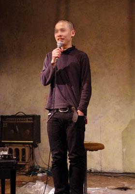 京都市街のライブハウス「UrBANGUILD」で行われた「Dodo」のライブ後に断髪され、丸刈り姿で舞台挨拶するベーシストのK君