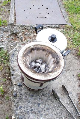 京都・賀茂川(鴨川)の河原に置かれた、包子(小肉まん)等の調理・暖房兼用の七輪と蒸鍋