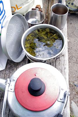 京都・賀茂川(鴨川)のベンチ上に置かれた、包子の蒸し待ちの間にコッフェルで煎じた烏龍茶