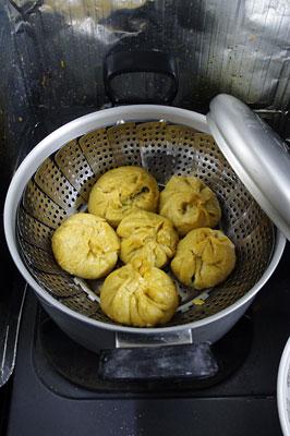 寒い賀茂川(鴨川)の河原を撤収し、京都市街東部の自宅ガス台で調理した、鍋内に並ぶ重曹作用で黄色い包子