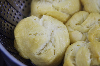 京都市街東部の自宅ガス台上で、余った生地で作った手作り花巻(中華蒸しパン)