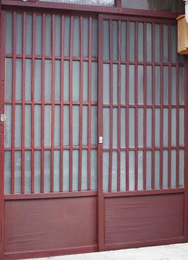 伝統的天然塗料による古色塗り作業が完了した、町家玄関の木製格子戸