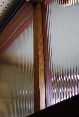 古色塗り前に町家の玄関欄間のモールガラス裏に追加した木柱