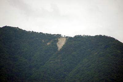 滋賀県琵琶湖西岸の近江舞子雄松浜から見た、比良山脈稜線付近の崩落箇所