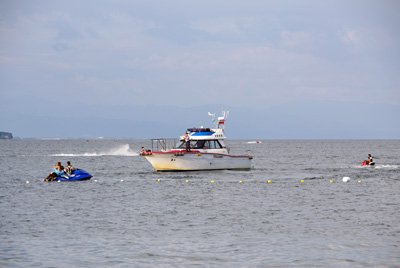 滋賀県琵琶湖西岸の近江舞子雄松浜に違法接近する水上バイクを注意する滋賀県警の船