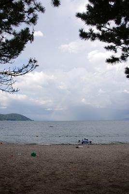 夕方、滋賀県琵琶湖西岸の近江舞子雄松浜の松林下から見た、雷鳴を響かせ湖上彼方から接近する雨雲