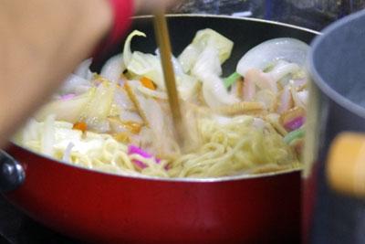様々な食材を入れフライパン上で調理される本場「長崎チャンポン」